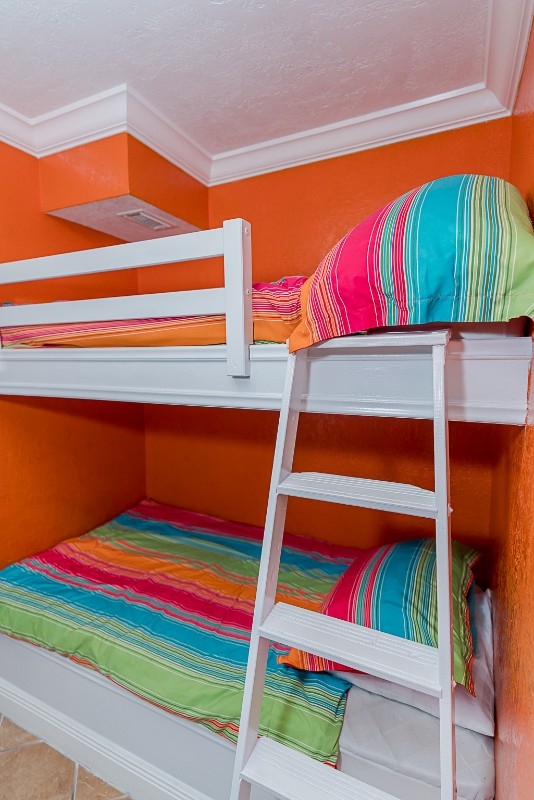 Iseazatt View twin built in bunk beds